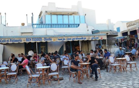 by-ben-yedder-cafe-et-patisserie-sit-almal-buite-en-kyk-wie-op-die-pleintjie-verbyloop