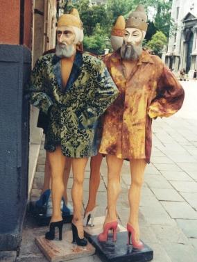 konings-met-stilettos-as-winkelpoppe