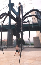 'n Langbeenspinnekop-standbeeld agter die Guggenheim
