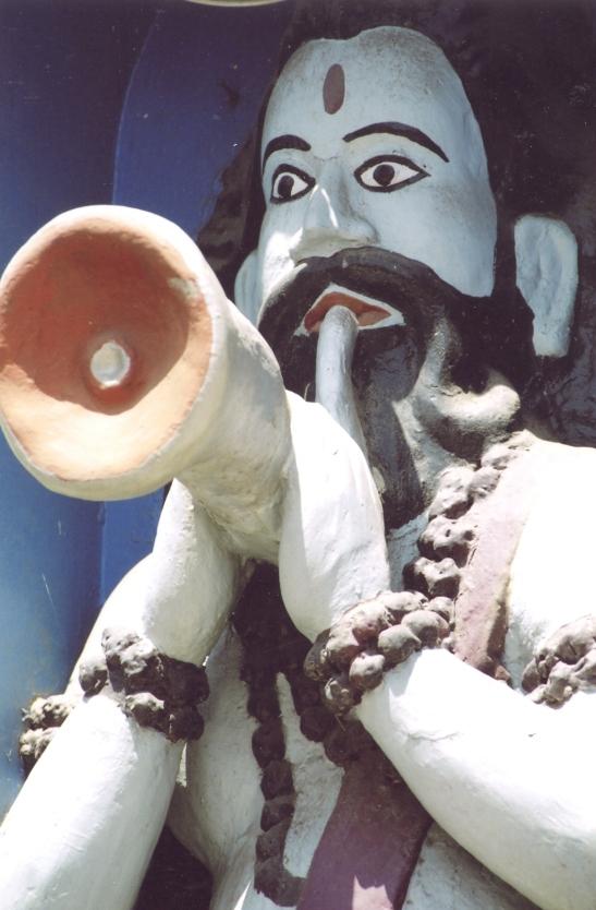 Trompetblaser op 'n klein tempeltjie waar ons verbyry