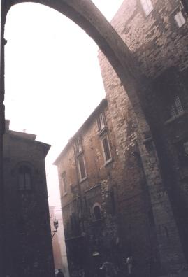 Mistige oggend in Perugia waar dit lyk of spoke rondloop