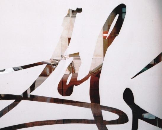 Dali se handtekening op een van die ruite