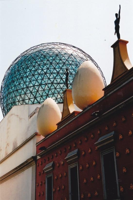 'n Glaskoepel en oorgrootte eiers is eerste sigbaar