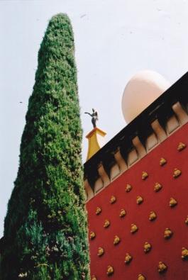 'n Volstruiseier en 'n Oscar-beeldjie op die dak