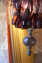 Een van Club Havana se kandelare is 'n vasgebinde bondel pers glase waardeur die lig skyn