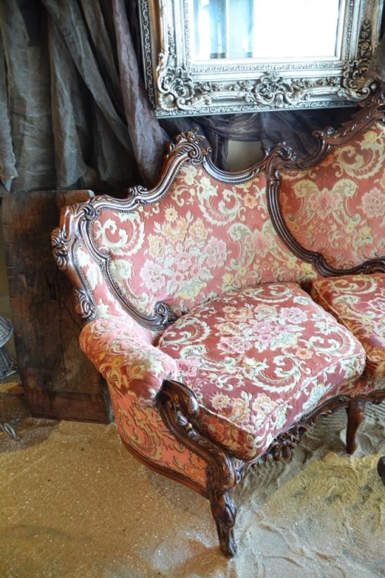 By Delfino's kan jy buite sit.JPG; by tipiese kafeetafeltjies.JPG; of by 'n sandvloer op 'n Victoriaanse bank