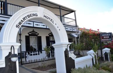 By die Swartberg Hotel kan jy by die Victoria Room Restaurant in Karoo-styl aansit en eet