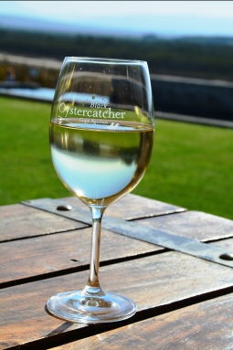 'n Glas koue witwyn by Black Oystercatcher is ideaal op 'n lentedag