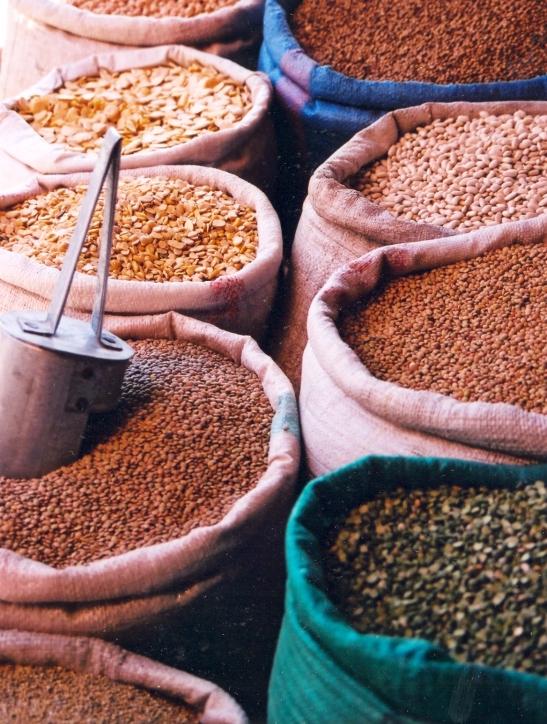 Bone en lensies op die speserymark in Marrakesj