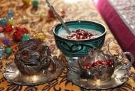 Dadels, en soms granaatpitte, word saam met baie Morokkaanse geregte bedien
