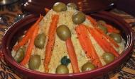 Koeskoesstapel met wortel en tuna-gevulde olywe