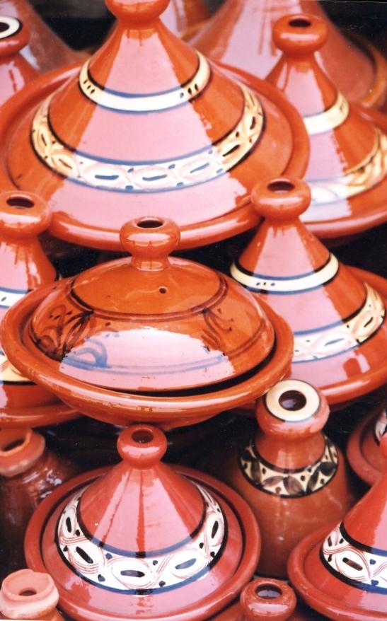 Tradisionele keramiektagines word orals in Morokko verkoop