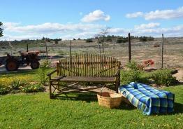 Herons Rest se tuin is 'n groen oase waar jy in die tuin kan lees terwyl die kinders leer trekker ry