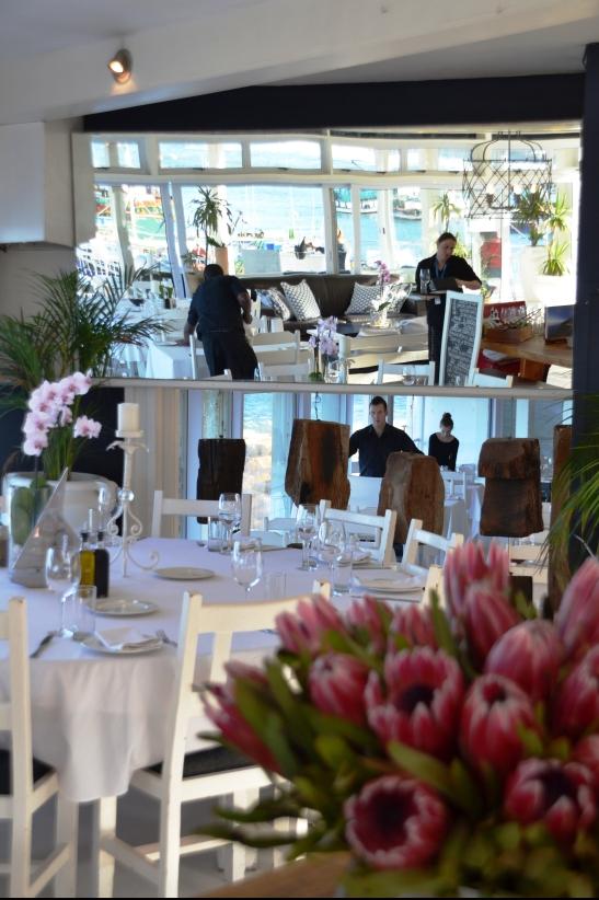 Proteas en wit gestyfde tafeldoeke by Harbour House