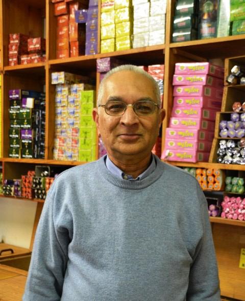 Meneer Ahmed, die trotse eienaar van Atlas Trading