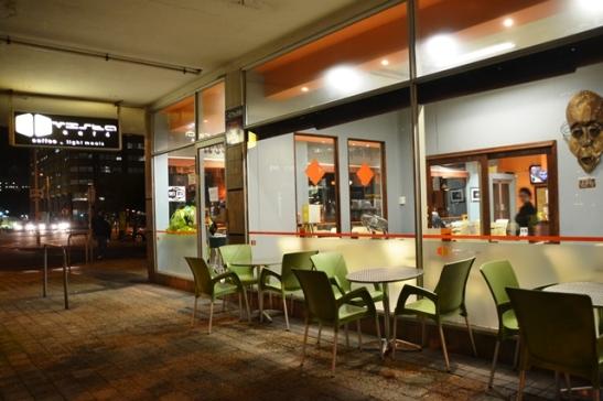 Die Vista Cafe is helder verlig om jou binne te nooi