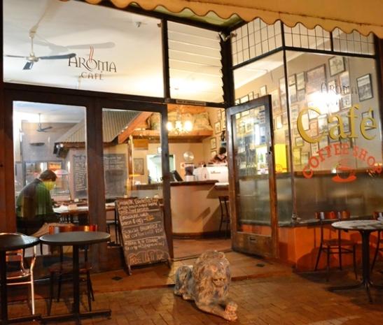'n Klipleeu hou wag voor Aroma Cafe