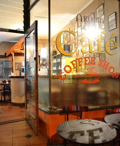 'n Verwelkomende lig in die donker by Aroma Cafe