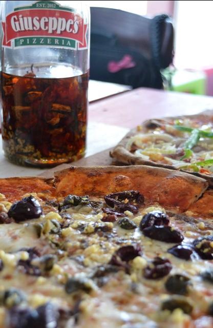 Saam met jou pizza kry jy Giuseppe se eie chilli-olie om na smaak oor te sprinkel