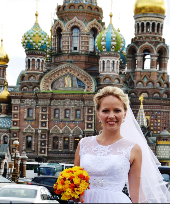 An autumn bride in front of the Church on Spilled Blood