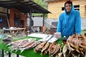 Omul, 'n vissoort uit die Baikal-meer, word sommer in die agterplase gerook en verkoop