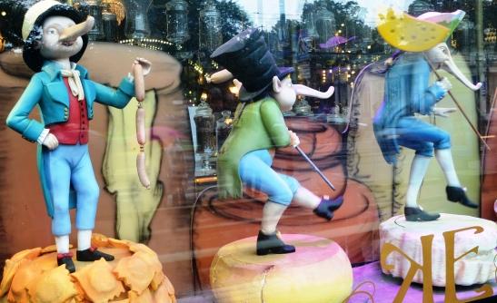 die marionette in yeliseev se winkelvertoonvenster voer hul eie passies uit