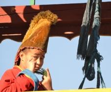 'n Jong Mongoliese monnik se plig is om die klok te lui