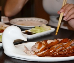Fyn snytjies eend met die delikaatste geur wat saam met pannekoekies bedien word