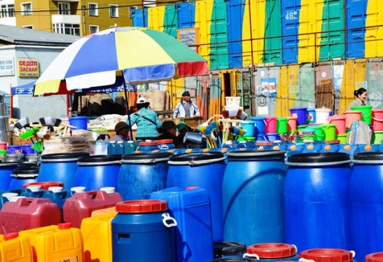 Die Mongoliers kom uit die omstreke van die hoofstad om aankope te doen; die hoofmark is soos 'n reuse supermark vir die ger- of jurt- (ronde tente) inwoners