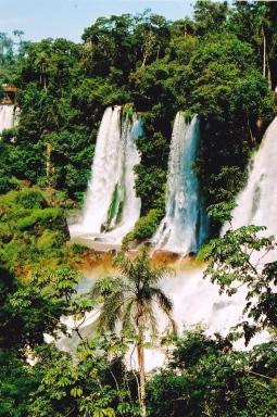 Iguazu-Waterval het sowat 275 valle wat beteken jy kan 'n dag hier spandeer om net rond te stap en alles te aanskou