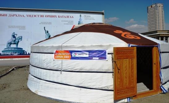 'n Tradisionele jurt in die hoofstad van Oelan Bator - baie Mongoliers wat in die stad woon, slaan 'n jurt in hul agterplaas op