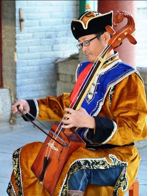 'n Tradisionele musiekinstrument word by 'n tempel bespeel