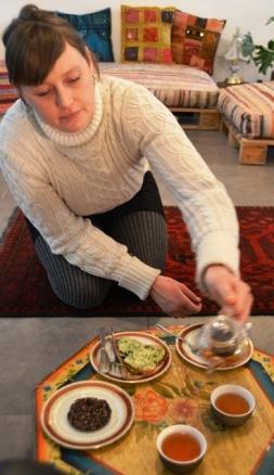 Tee word by 'n plat tafeltjie voor jou geskink