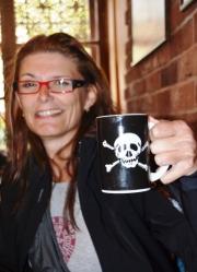 Vicki drink koffie met Tabasco