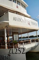 Almal aan boord - die African Princess maak gereed om uit te vaar