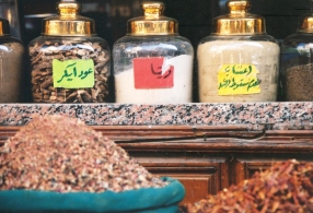 Aptekersflesse met speserye te koop in Aswan