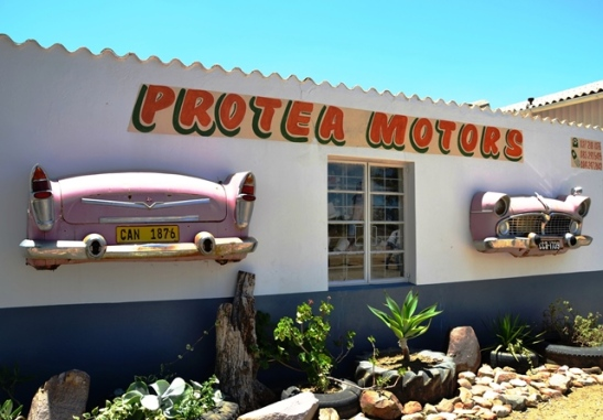 Protea Motors in Nieuwoudtville se roomyspienk motors laat jou 'n vinnige es gooi