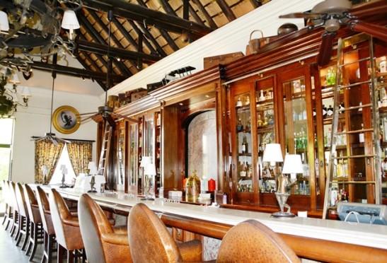 The Travellers Bar het ou leertasse bo-op die houtdrankkabinet gestapel
