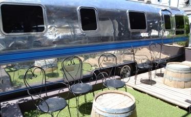 Kyk fliek op 'n hoteldak tussen karavane