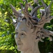 In die tuin pryk standbeelde en grepe uit gedigte