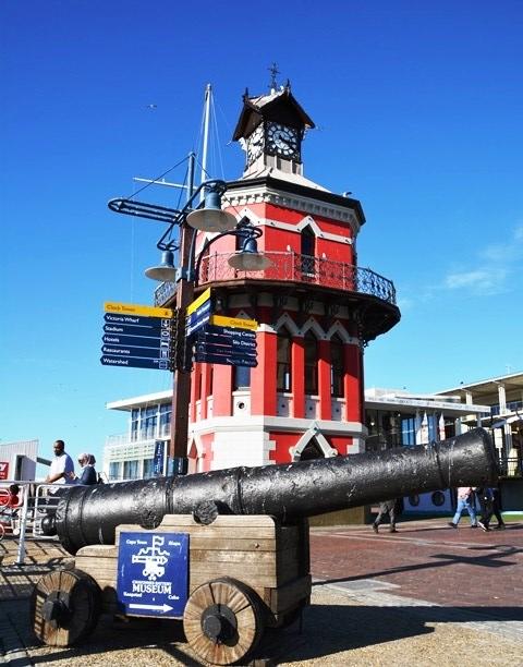 Die Chavonnes Batterymuseum is skuins oorkant die kloktoring by die Waterfront