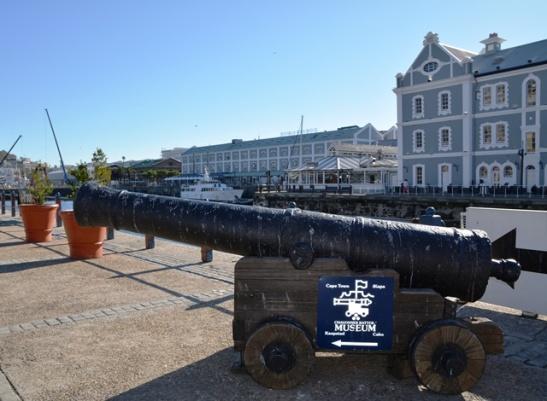 Een van die Chavonnes Batterymuseum se kanonne by die Victoria en Alfred Waterfront