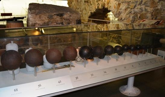 Kanonkoeels - van groot tot klein - by die Chavonnes Batterymuseum