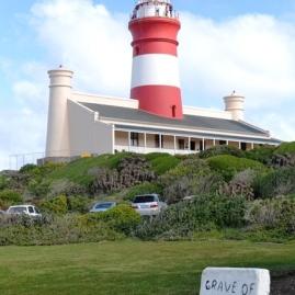 Die graffie van Daisy Rowe by die ingang van die Kaap Agulhas Vuurtoring