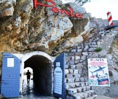 Aan die een kant van Petrovac is Ponta waar jy met 'n drankie in die hand oor die see uitkyk; aan die ander kant is die visserhawetjie