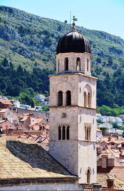 As jy al op die stadsmure van Dubrovnik langs loop, sien jy die hele dorpie met sy talle kerke van bo