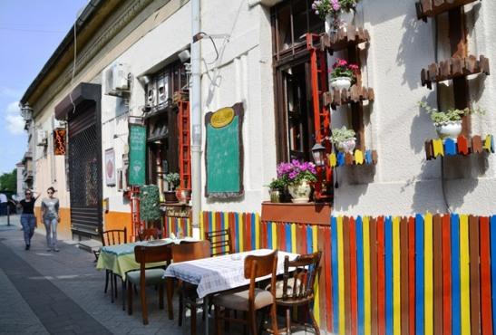 Die Astal Saren Restaurant is knus binne en hier eet jy soos 'n koning