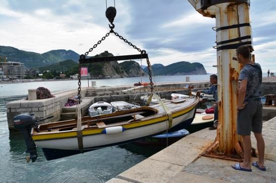 Die bedrywighede in die vissershawetjie by Petrovac gaan ongestoord voort