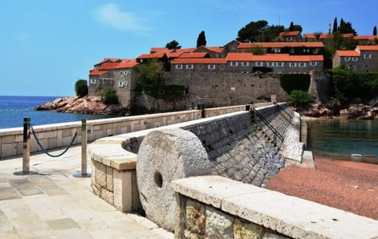 Die eiland van Sveti Stefan is verbind aan die vasteland, maar is grotendeels eksklusief vir hotelgaste