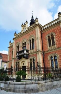 Die geboue in Stari Grad in Novi Sad is in 'n verskeidenheid van skakerings geverf en smeek amper om afgeneem te word
